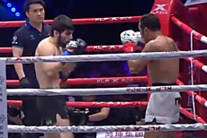 视频-雅桑克莱连续勾拳TKO获胜