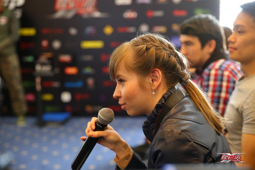 俄罗斯美女记者提问