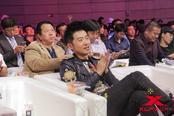 """鸿坤昆仑决MMA10今日在北京昆仑决世界搏击中心举行。著名影星、投资人任泉、武打巨星赵文卓以及一下科技创始人韩坤到场助阵,虽然只是观众身份,但几人的出现引起现场轰动。全场最大亮点无疑在陪伴无数人青春和童年的""""聂风""""和""""公孙策""""身上。"""